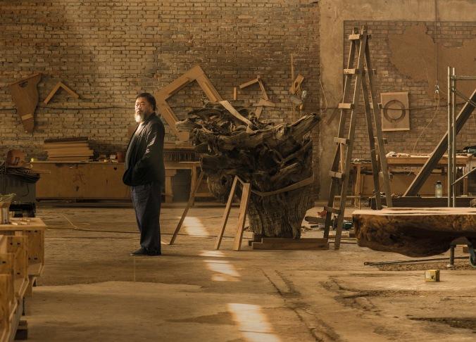 Ai Weiwei no seu estúdio, em Pequim © Harry Pearce/Pentagram April 2015